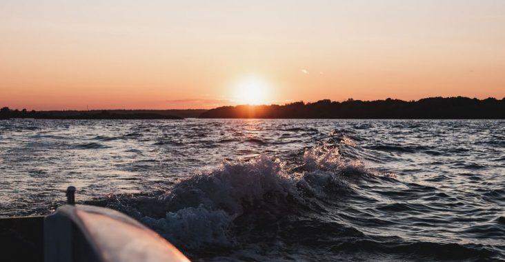 Res med skärgårdsbåt i vacker miljö